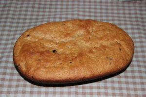 пшенично-ржаной хлеб с изюмом и орехами