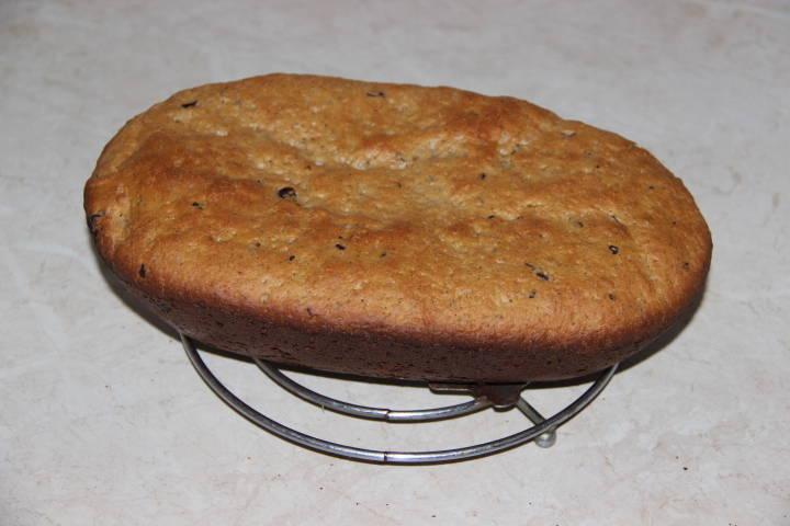 пшенично-ржаной хлеб с орехами и изюмом