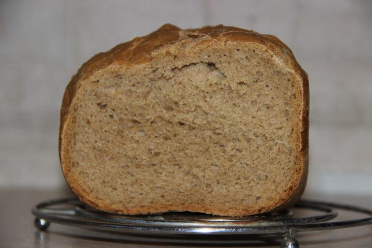 Воду вылейте в чашу хлебопечи, для того, чтобы используемые продукты не попали в резервуар прибора предварительно достаньте её и заполняйте отдельно.